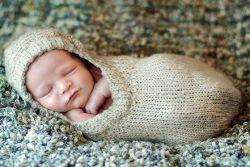 А если вы не дружите с шитьем, но любите вязать, то у вас есть возможность связать спальный мешок для новорожденного. Кстати, вязанные спальные мешки